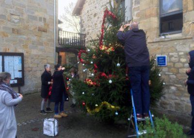 décoration du sapin de Noël 2020 équipe municipale