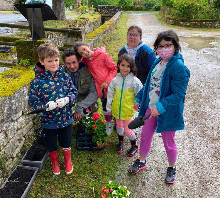 Les enfants ont fleuri le village !